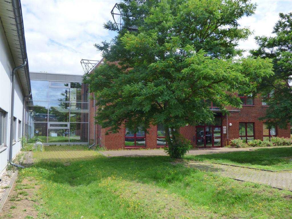 Bürogebäude mit Gewerbehalle in direkter Nachbarschaft der ehemaligen Zeche Auguste-Victoria in Marl.